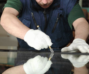 Man cutting glass pic